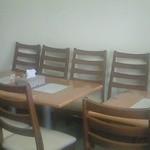 ハラールフードマルハバ - ハラルフードが並ぶ一角に、食事のための客席があります