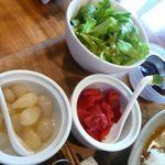 cafeつむぎ - カレー薬味とサラダ