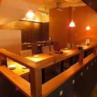 Japanese x Italian BARU HAMAKIN - ゆったりとしたテーブル席。ちょっとした団体様の貸し切りスペースとしてもご利用いただけます。