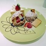 グリンデルベルグ  - ケーキ三種類盛り合わせ。ケーキセット850円+追加ケーキ2個670円