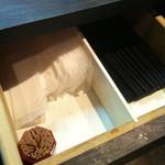 こちら西区高島裏横浜炭焼所 - 引き出しに箸とおしぼり