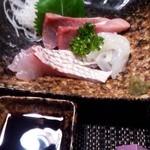 月の香 - 刺身の盛り合わせ(鯛・イカ・かんぱち) 690円