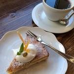 カエルヤ珈琲店 - コーヒー中煎りとレモンタルト。さっぱりとしたコクと酸味のコーヒーと、レモンの酸味が良いです。