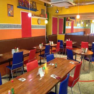 カラフルなインテリアや壁面の装飾が可愛い店内で、本格中南米料理をお召し上がりくださいませ!