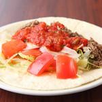メキシカン サボ - 野菜や牛肉が入った具だくさんの『ビーフタコス』