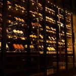ワインハウス 南青山 - 高さ4.5mにまで埋め尽くされた大型ワインセラー