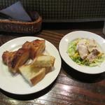 パンとごはん - パン、茹で鶏とカレー風味のマカロニサラダ