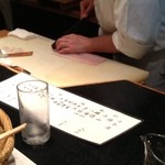 花邑 - リズミカルに鱧の骨切りをする井田料理長。