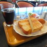 ヘッドアップカフェ - 料理写真:パンは厚切りでした