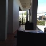 ラ・ボッカ - 通路の奥にも、テーブルが見えます。