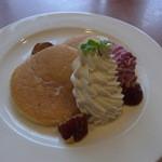 ガスト - 料理写真:パンケーキ()。生クリームがたっぷり