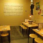 若葉屋 - 清潔感あふれる明るい店内♪各テーブルに煙設備があるので煙も安心!