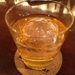 炭火焼鳥Birds'Bar - 唐辛子梅酒ロック  丸氷がなんか嬉しい♪