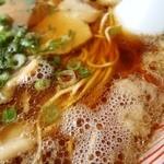 ラーメン康 - 透き通り泡立つスープ、豚骨なら美味しい証しだが、、、