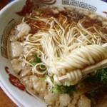 ラーメン康 - 麺はこんな感じ 平打ちだが細麺