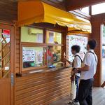 小岩井農場 ジェラートショップ - ソフトクリームの販売カウンター