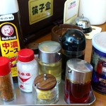 中華レストラン太郎 - 中華レストラン太郎 @中葛西 卓上調味料類 奥の茶紫色は箸箱