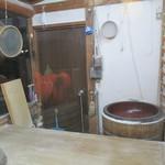 藤斗屋大むら - 石臼と蕎麦打ち台