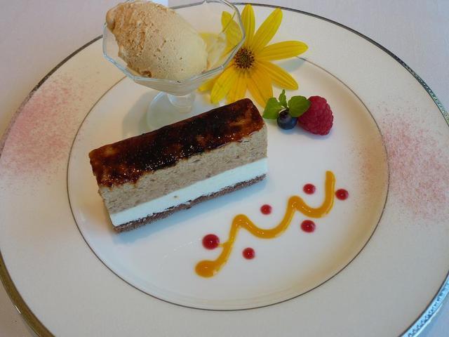 箱根ハイランドホテル ラ・フォーレ - 栗のシブーストと洋ナシのコラボレーション。グラスキャラメルと共に。