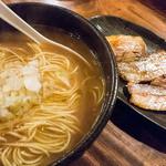 ひるだけや - 煮干中華そば Bセット(炭火焼豚チャーシュー、ライス&お漬け物または烏龍茶付き) 780円。