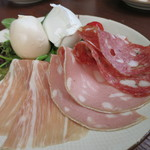 Obikamottsureraba - 2種類のハーフ水牛のモッツァレラ&3種イタリアンハム盛合せ
