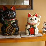 仲屋たいやき店 - 内観写真:待合室にある招き猫たち