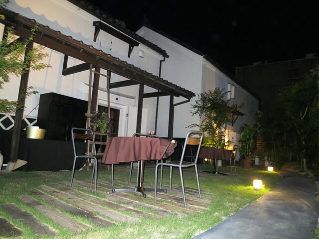 四間道レストランMATSUURA - すると左には蔵とガーデンがあります