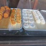 餅商一ツ橋 - 店頭に並ぶ餅や饅頭