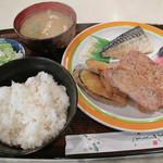 ファミリーレストラン むらた - 日替わりランチ577円。                             おかずの盛り合わせ・ご飯・味噌汁・サラダのセットです。