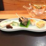 め乃惣 - お通し (エシャロットと胡瓜、姫さざえ、蒲鉾と玉子焼) (2013/09)