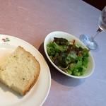 Waina - シンプルランチのサラダとパン