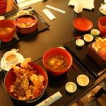 海の家 - えび天丼、あかい器は味噌汁