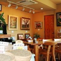 珈琲豆屋 - 木と土と紙でできた店内。