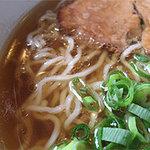 ますみ屋 - スープはウーロン茶のような透明褐色。脂はほとんどナイです。