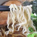 ますみ屋 - あまり、かんすいチックでない、優しい腰の麺です。 麺の量は少ないというワケでなく、普通かやや多めのように感じました。