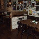 アイリッシュカフェ・キャブ - 壁一面にパブミラーと色んな種類のコースターがいっぱい!