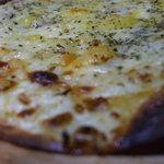 アイリッシュカフェ・キャブ - ブルーチーズのpizza。トルティーヤの薄皮で、チーズもたっぷり。