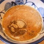 秋葉原つけ麺 油そば 楽 - つけ汁には節粉がたっぷり乗ります