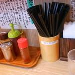 秋葉原つけ麺 油そば 楽 - テーブル上はこんな感じ