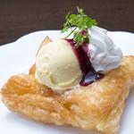 函館市場 海厨房 - サックサク!!『自家製ホットアップルパイ』