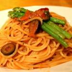 ruga - アスパラ・ケッパー・オリーブのトマトソーススパゲッティーニ