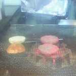 フリスコ - バーガーを焼いているところ。網の下の炭火に注目