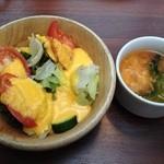 水戸チーズバル - ランチのセットのスープとサラダ