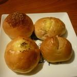 21590839 - 食べ放題のパン一皿目