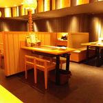 神戸六甲道・ぎゅんた - どのテーブルにも 鉄板が