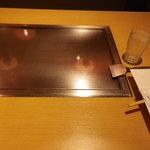 神戸六甲道・ぎゅんた - 鉄板に牛筋イカ焼きを持ってきてくれます