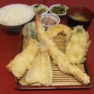 魚定食をはじめとした豊富な定食をご用意しております♪