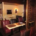 バー ココン - テーブル席 4名様用が3テーブル★ゆったり寛ぎたい時にはソファー席で!飲み放題がついて4000円でコースもご用意させていただきます。15名様で貸切も可能です。お気軽にお問い合わせ下さいね!