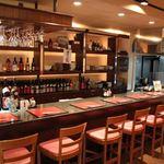 肉・魚料理 ちん亭 - 店の一番お薦めの席はなんといってもカウンター。職人とコミュニケーションをとりながら、楽しいひと時を…