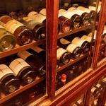 ビストロ グラッソ - レトロなワインセラーには世界中から集めたボトルの数々。